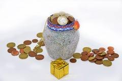 有欧洲硬币的圣诞节罐 图库摄影