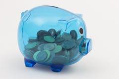 有欧洲硬币的蓝色透明存钱罐 免版税库存图片