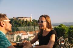 有欧洲红色屋顶的在背景的恋人和城堡在卢布尔雅那 免版税库存照片