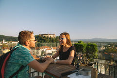 有欧洲红色屋顶的在背景的恋人和城堡在卢布尔雅那 免版税图库摄影