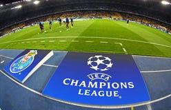 有欧洲联赛冠军杯商标的委员会在地面上 免版税库存照片