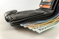 有欧洲钞票票据、硬币和c的皮革人` s开放钱包 库存图片