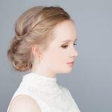 有正式舞会发型的逗人喜爱的白肤金发的女孩 库存图片