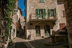 有正方形、石房子和喷泉的胡同在圣徒保罗deVence 免版税图库摄影