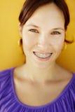 有正牙箍微笑的少妇 免版税库存图片
