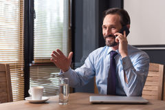有正面确信的人在电话的一次交谈 库存照片