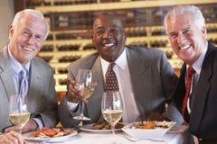 有正餐的朋友餐馆一起 免版税库存照片