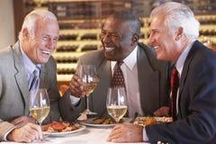 有正餐的朋友餐馆一起 免版税图库摄影