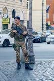 有步枪守卫的意大利士兵 免版税图库摄影