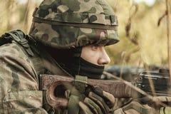 有步枪的军事妇女 免版税库存图片