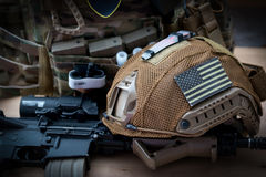 有步枪的军用设备 免版税库存图片
