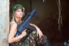 有步枪的军队女孩 免版税库存图片