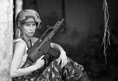 有步枪的军队女孩 库存图片