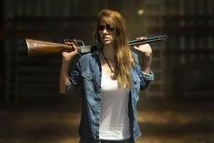 有步枪的农夫女儿 免版税库存照片