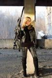 有步枪的危险少妇 免版税库存照片