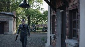 有步枪的德国士兵走向砖房子并且敲在门 WW2再制定 股票视频