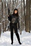 有步枪的性感的少妇 免版税图库摄影