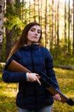 有步枪的年轻俏丽的女孩 免版税图库摄影