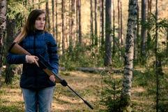 有步枪的年轻俏丽的女孩 库存图片