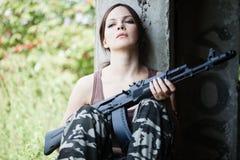 有步枪的(AK-74)妇女 免版税库存图片