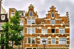 有步的历史的房子和吊钟山墙在阿姆斯特丹 库存照片