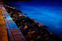 有步的岩石海岸线向海 免版税库存图片
