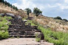 有步的道路在古老犹太人居住地el Kanatir废墟-照顾在戈兰高地的曲拱 库存照片