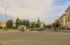 有步行者和骑自行车者运输的普斯克夫列宁广场在2016年7月在一个晴天 免版税库存照片