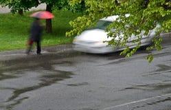 有步行者的汽车 免版税库存照片
