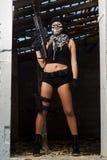 有武器和面具的美丽的女孩 免版税库存图片