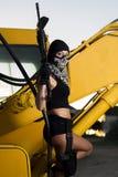 有武器和面具的美丽的女孩 免版税图库摄影