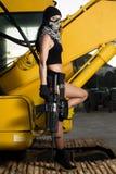 有武器和面具的美丽的女孩 图库摄影
