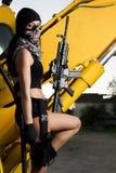 有武器和面具的美丽的女孩 库存照片