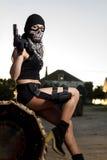 有武器和面具的美丽的女孩 免版税库存照片