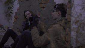 有武器的幸存者喝在被放弃的被破坏的遗骸的结合酒精 岗位启示世界的潜随猎物者 影视素材