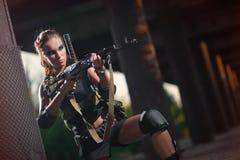 有武器的性感的军事武装的女孩,狙击手 库存照片