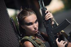 有武器的性感的军事武装的女孩,狙击手 免版税库存照片