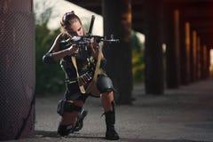 有武器的性感的军事武装的女孩,狙击手 免版税库存图片
