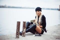 有武器的性感的白肤金发的女孩 图库摄影