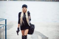 有武器的性感的白肤金发的女孩 免版税图库摄影