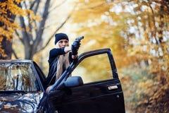 有武器的性感的白肤金发的女孩 免版税库存照片