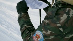 有武器的战士在冷的森林冬天战争和军事概念 夹子 战士在滑雪的冬天森林里与