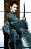 有武士剑的美丽的日本和服妇女 免版税库存图片