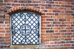 有残破和被放弃的红砖房子窗口的墙壁  免版税库存照片