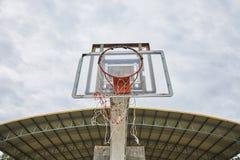 有残破的圆环和网的老被放弃的篮球盾 免版税图库摄影