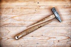 有残破的把柄的锤子 免版税库存图片