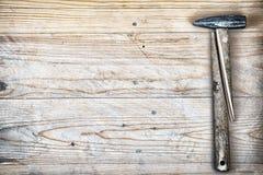 有残破的把柄的锤子 免版税库存照片