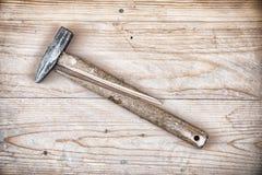有残破的把柄的锤子 库存图片