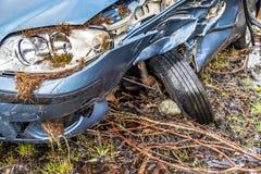 有残破的挡风玻璃、轨破裂和警察障碍带的总损失汽车 库存图片