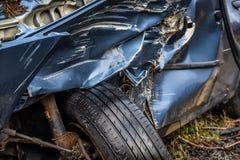 有残破的挡风玻璃、轨破裂和警察障碍带的总损失汽车 免版税库存图片
